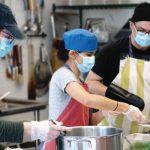 3 bénévoles travaillent en cuisine en temps de pandémie