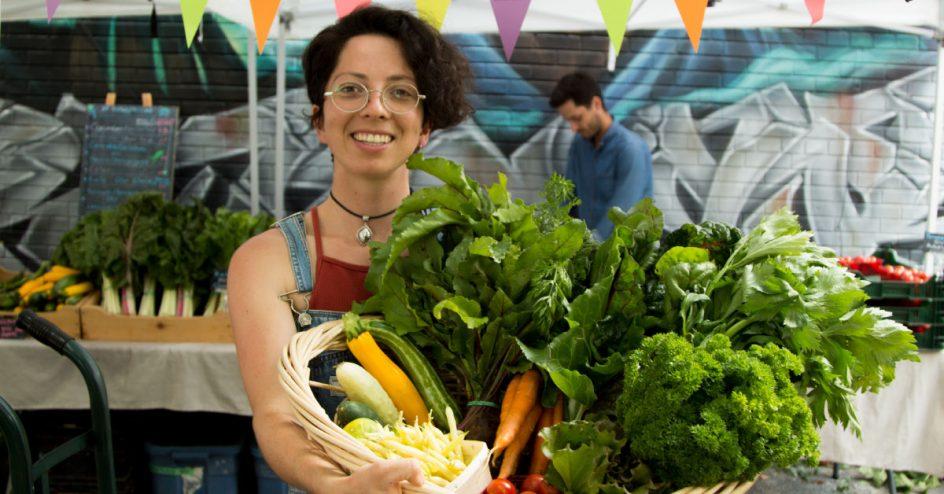 Magali présente un panier de légumes