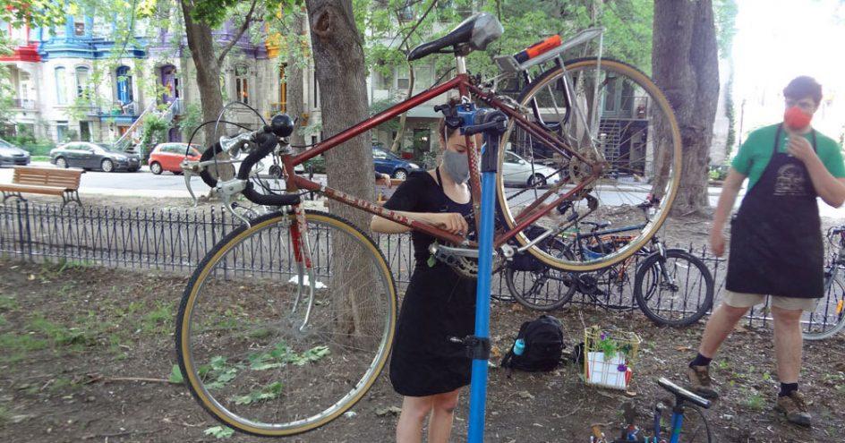 Marika travaille sur son vélo dans un parc